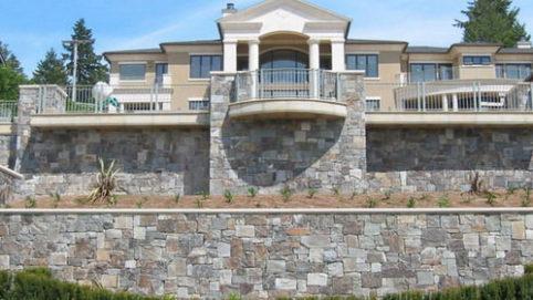 Облицовка фундамента дома природным камнем фото