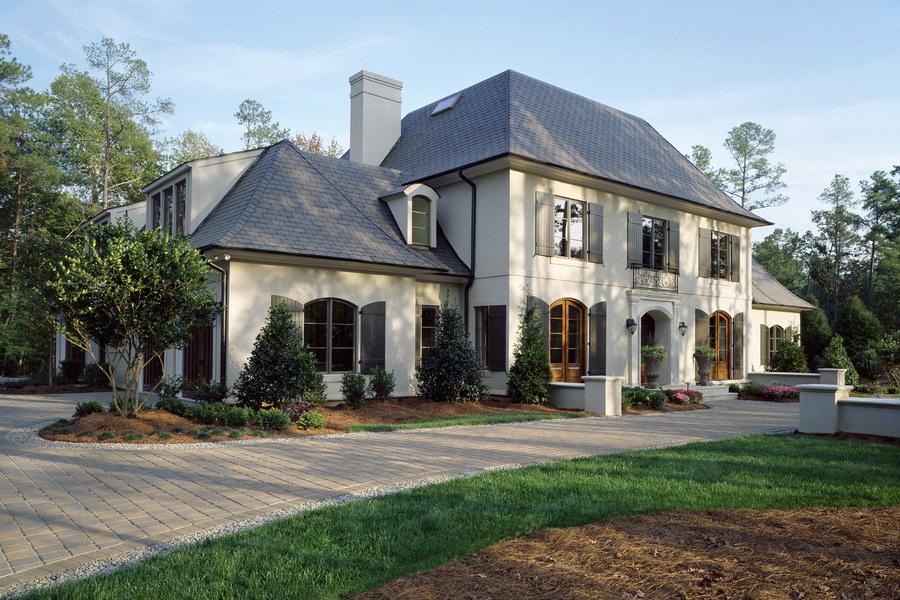 Большой загородный дом из бетона